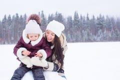 Szczęśliwa rodzina cieszy się zima śnieżnego dzień Zdjęcie Royalty Free