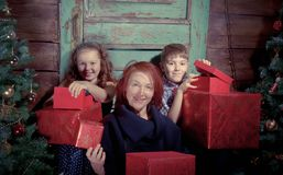 Szczęśliwa rodzina dekoruje choinki Fotografia Royalty Free