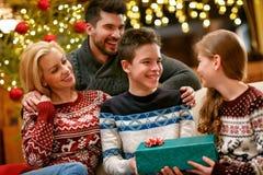 Szczęśliwa rodzina dla bożych narodzeń wpólnie obraz royalty free