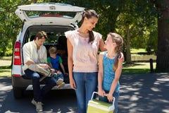 Szczęśliwa rodzina dostaje przygotowywający dla wycieczki samochodowej Obraz Royalty Free