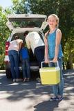 Szczęśliwa rodzina dostaje przygotowywający dla wycieczki samochodowej Obrazy Royalty Free