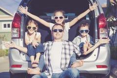 Szczęśliwa rodzina dostaje przygotowywający dla wycieczki samochodowej na słonecznym dniu fotografia stock