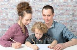 Szczęśliwa rodzina, dziecko, ojciec i matka rysunek obrazy royalty free