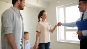 Szczęśliwa rodzina i pośrednik handlu nieruchomościami przy nowym domem lub mieszkaniem zbiory wideo