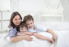 Szczęśliwa rodzina indoors Zdjęcia Royalty Free