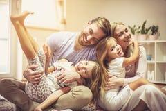 Szczęśliwa rodzina jest bardzo znacząco zdjęcie royalty free
