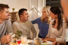Szczęśliwa rodzina lub przyjaciele ma herbacianego przyjęcia w domu zdjęcie royalty free