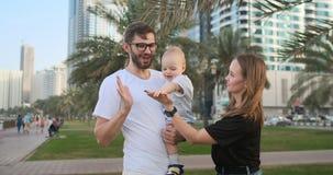 Szczęśliwa rodzina 3 ludzie ściska w parku zdjęcie wideo