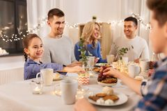 Szczęśliwa rodzina ma herbacianego przyjęcia w domu zdjęcie royalty free