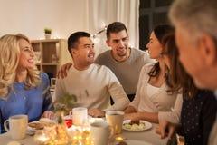 Szczęśliwa rodzina ma herbacianego przyjęcia w domu obraz royalty free