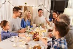 Szczęśliwa rodzina ma herbacianego przyjęcia w domu fotografia royalty free