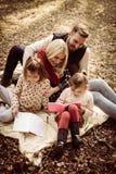 Szczęśliwa rodzina ma kształci wpólnie zdjęcia stock