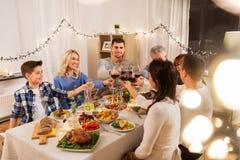 Szczęśliwa rodzina ma obiadowego przyjęcia w domu zdjęcie royalty free