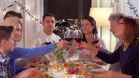 Szczęśliwa rodzina ma obiadowego przyjęcia w domu zdjęcie wideo