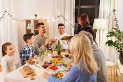 Szczęśliwa rodzina ma obiadowego przyjęcia w domu obraz stock