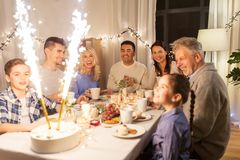 Szczęśliwa rodzina ma obiadowego przyjęcia w domu zdjęcia royalty free
