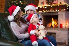 Szczęśliwa rodzina ma zabawę blisko choinki i Obrazy Stock