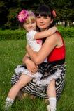 Szczęśliwa rodzina, macierzyści córek uściśnięcia Zdjęcie Royalty Free