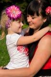 Szczęśliwa rodzina, macierzyści córek uściśnięcia Obraz Stock