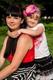 Szczęśliwa rodzina, macierzyści córek uściśnięcia Zdjęcia Royalty Free