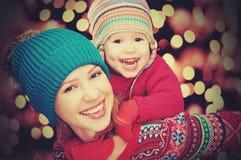 Szczęśliwa rodzina macierzysta i mała córka bawić się w zimie dla bożych narodzeń Zdjęcia Royalty Free