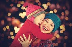 Szczęśliwa rodzina macierzysta i mała córka bawić się w zimie dla bożych narodzeń Obrazy Royalty Free