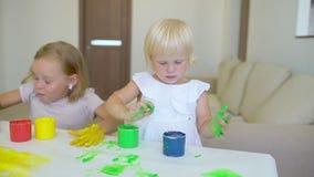 Szczęśliwa rodzina maluje kolory Szczęśliwi mali childs robi kolorowemu koloru handsprint na białym papierze Troszkę śliczny szcz zbiory