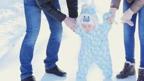 szczęśliwa rodzina Matka i ojciec uczymy dziecka spacer w zima parku zdjęcie wideo