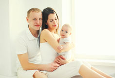Szczęśliwa rodzina, matka i ojciec z dziecko domem w bielu wpólnie, Zdjęcie Royalty Free