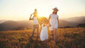 Szczęśliwa rodzina: matka, ojciec, dzieci synowie i córka na sunse, Fotografia Royalty Free