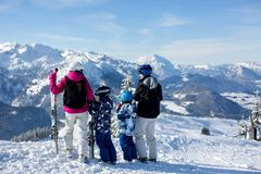 Szczęśliwa rodzina, matka, ojciec i dwa dziecka, narciarstwo fotografia royalty free