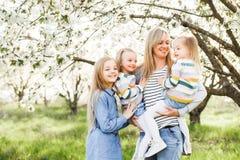 szczęśliwa rodzina matka wiele dzieci i trzy córek dziecka dziewczyny lato outdoors Zdjęcie Stock