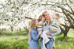 szczęśliwa rodzina matka wiele dzieci i trzy córek dziecka dziewczyny lato outdoors Obraz Stock