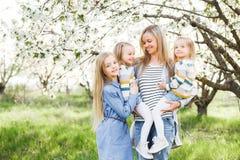 szczęśliwa rodzina matka wiele dzieci i trzy córek dziecka dziewczyny lato outdoors Obrazy Stock