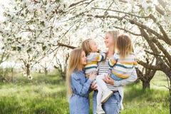 szczęśliwa rodzina matka wiele dzieci i trzy córek dziecka dziewczyny lato outdoors Obrazy Royalty Free