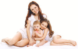 Szczęśliwa rodzina, matka wraz z dwa dziećmi Obrazy Royalty Free