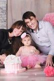 Szczęśliwa rodzina - matki, ojca i córki odświętności pierwszy urodziny z tortem, Zdjęcia Royalty Free
