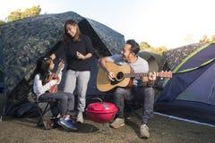 Szczęśliwa rodzina na campingowej wycieczce fotografia royalty free