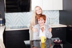 Szczęśliwa rodzina na kuchni Obrazy Stock
