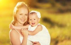 Szczęśliwa rodzina na natury matce i dziecko córce Obraz Royalty Free
