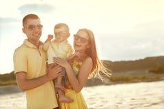 szczęśliwa rodzina na plaży Zdjęcie Royalty Free