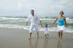 szczęśliwa rodzina na plaży Obraz Royalty Free