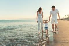 szczęśliwa rodzina na plaży Zdjęcia Stock