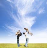 Szczęśliwa rodzina na trawie zdjęcie royalty free