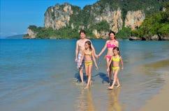 Szczęśliwa rodzina na tropikalnej plaży Obrazy Royalty Free