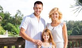Szczęśliwa rodzina na wakacje przy kurort plażą Zdjęcia Royalty Free