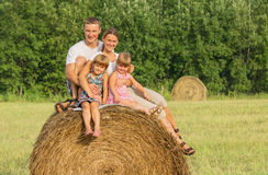 Szczęśliwa rodzina na wakacje w letnim dniu Fotografia Royalty Free
