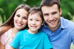 szczęśliwa rodzina na zewnątrz obrazy stock