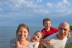 szczęśliwa rodzina na zewnątrz zdjęcie stock
