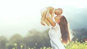 szczęśliwa rodzina na zewnątrz matka rzuca dziecka, śmiać się i playi up, obraz royalty free
